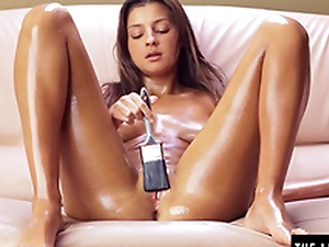 Teen brushes herself with oil and cums unending